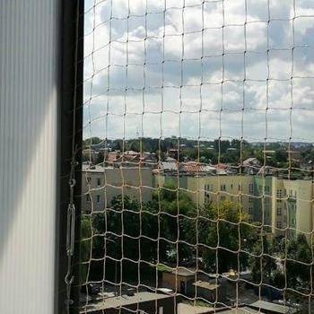 siatka na balkon przy ścianie