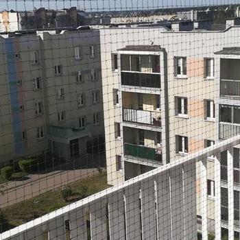 siatka na balkonie białym