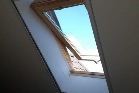 Moskitiery dachowe rolowane z prawej blisko