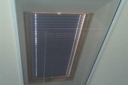 Moskitiery dachowe rolowane okno zamkniete