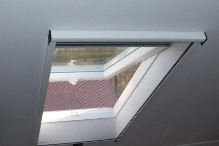 Moskitiery dachowe rolowane okno uchylone