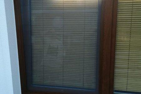 Moskitiery okienne z otwartym oknem