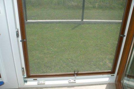 Moskitiery okienne od srodka otwarte okno
