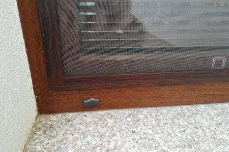 Moskitiery okienne z brazowym