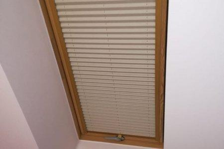 Plisy dachowe zasloniete w nocy