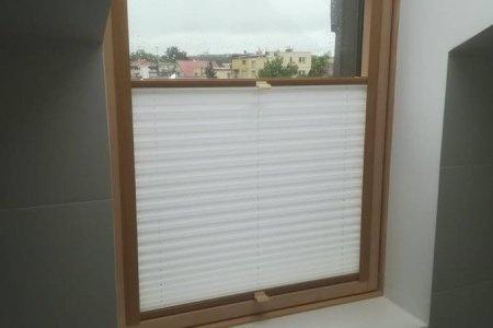 Plisy okienne odsloniete troche