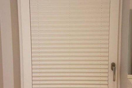 Plisy okienne balkonowe szare troche odsloniete