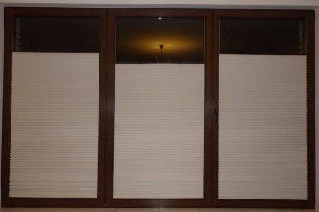 Plisy okienne lekko otwarte