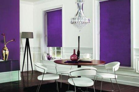 rolety fioletowe w salonie